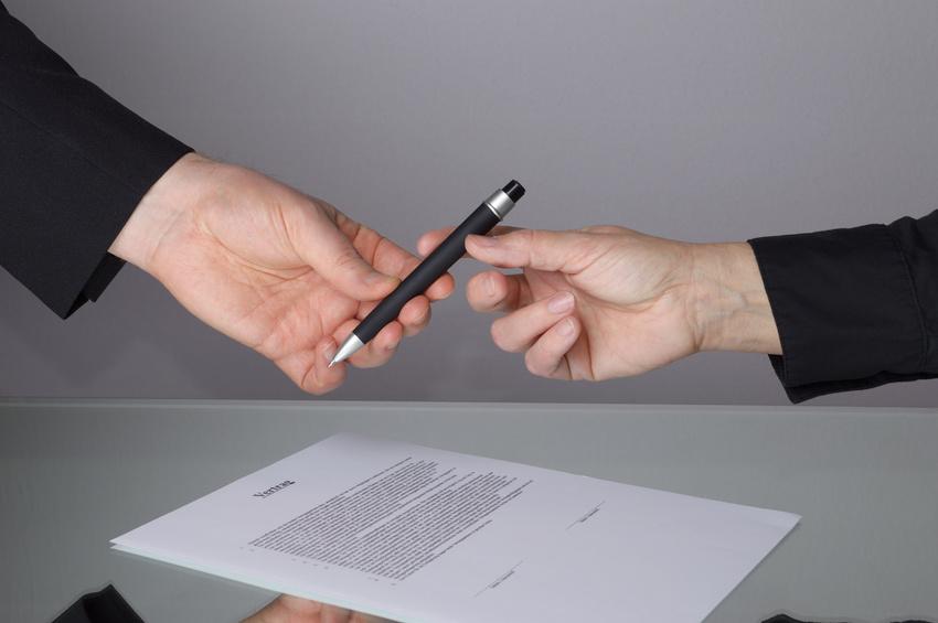 Vertrag schlieen Stift berreichen